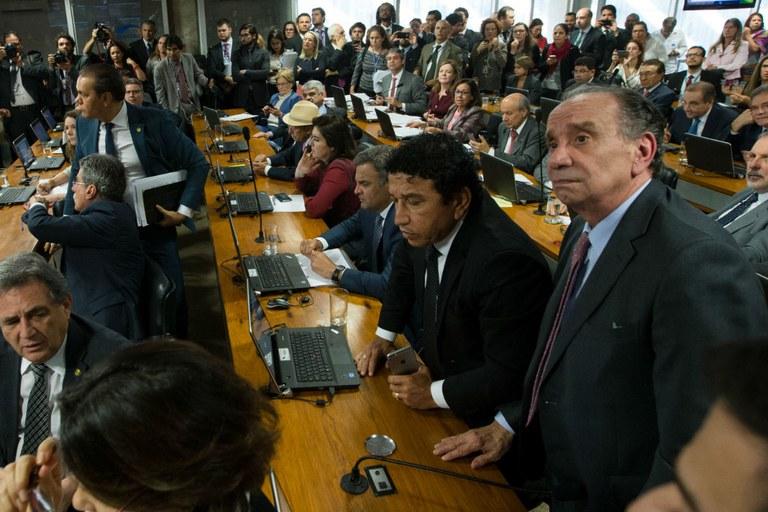 Base quer votar PEC 241 no Senado até 15 de dezembro e Renan, até dia 9